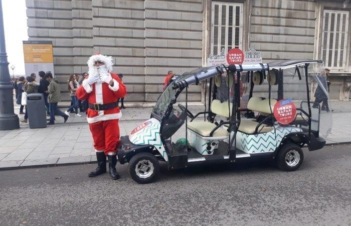 El conductor vestido de Papa Noel