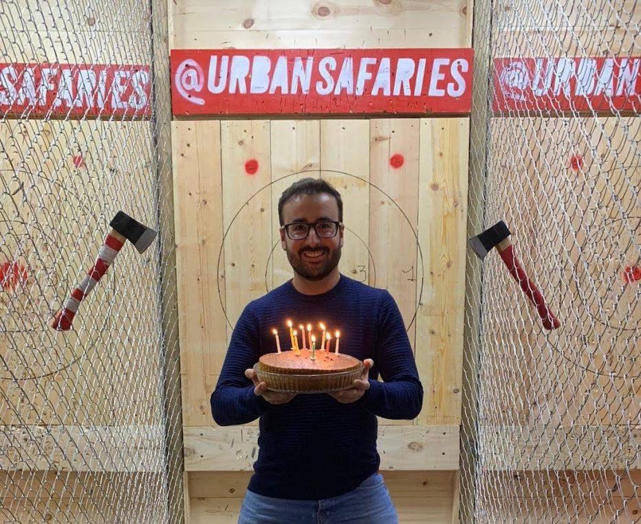 El cumpleañero con su tarta en la sesión de cumpleaños