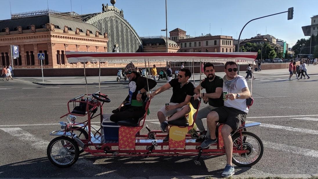 Que mejor que pasar el día bebiendo cerveza con tus amigos visitando Madrid
