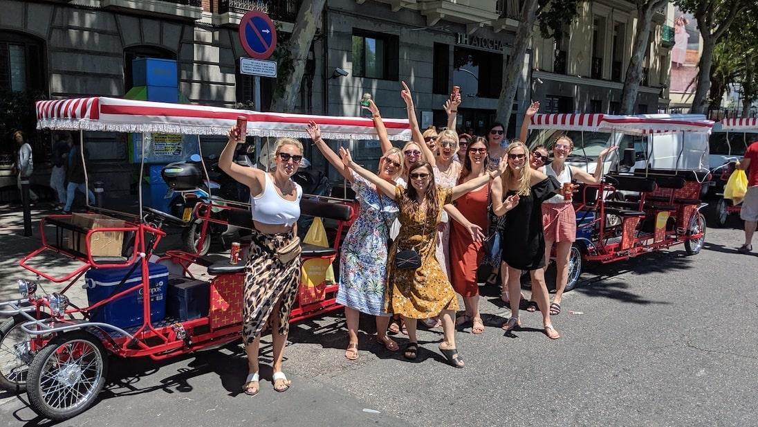 Grupo de chicas listas para montar en Beer Bike para su despedida