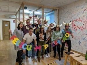 Grupo de amigos disfrazados celebrando su cumpleaños en Urban Safari