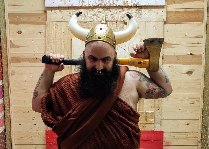 Vikingo con ganas de lanzar hachas