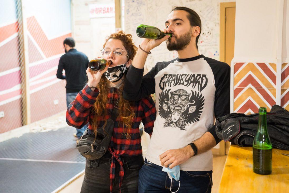 Participantes tomando una cerveza