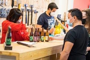 El personal del Torneo Bloggers Madrid sirviendo una Cerveza La Virgen