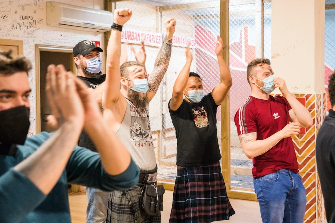Celebrando la victoria en la Liga de Lanzamiento de Hachas