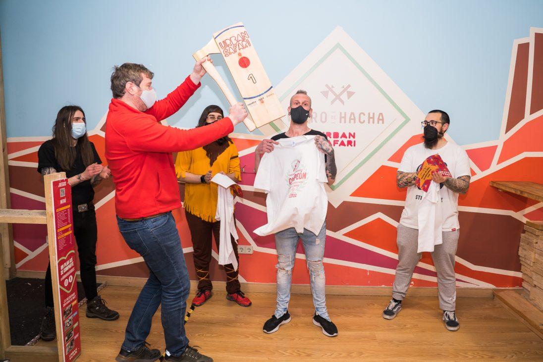 Sacha entregando el premio al ganador